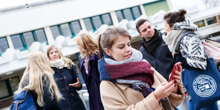 Gruppe von Studierenden vor dem Haupteingang | Foto: aau/tinefoto.com