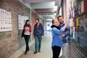 Studierende im Vorstufengebäude