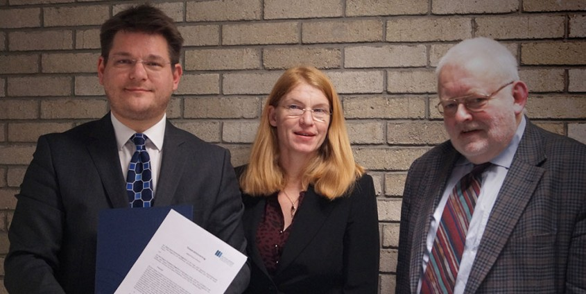 Rektor Oliver Vitouch, Vizerektorin Friederike Wall und Reinhard Neck (Präsident Karl Popper Foundation) besiegeln die Zusammenarbeit.