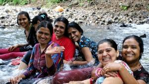 Indische Frauen im Fluss| Foto: Karoline Kalke