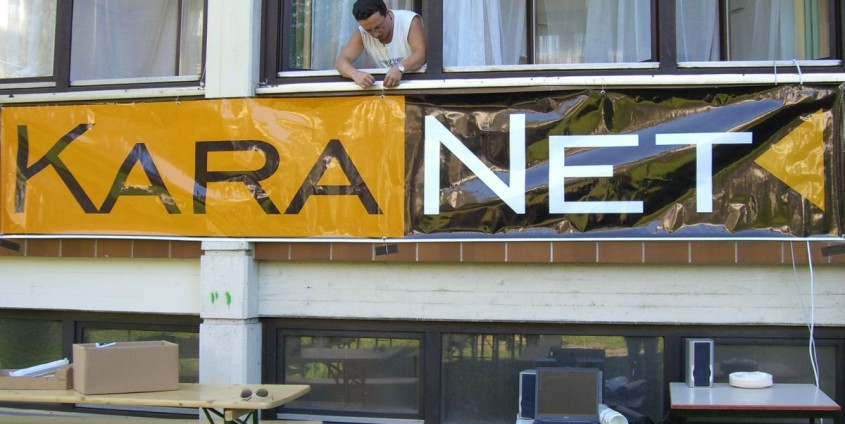 KaraNet Transparent an der Uni-Fassade | Foto: Unplug