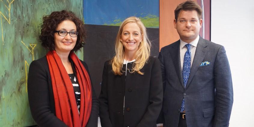 US-Botschafterin Alexa Wesner (Mitte) mit Vizerektorin Cristina Beretta und Rektor Oliver Vitouch | Foto: aau