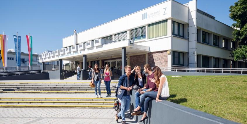 Studierende am Campus der AAU