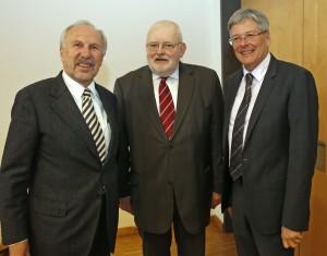 LH Peter Kaiser und Laudator Gouverneur Ewald Nowotny beim Festakt für Reinhard Neck (Mitte) Foto: LPD/Eggenberger