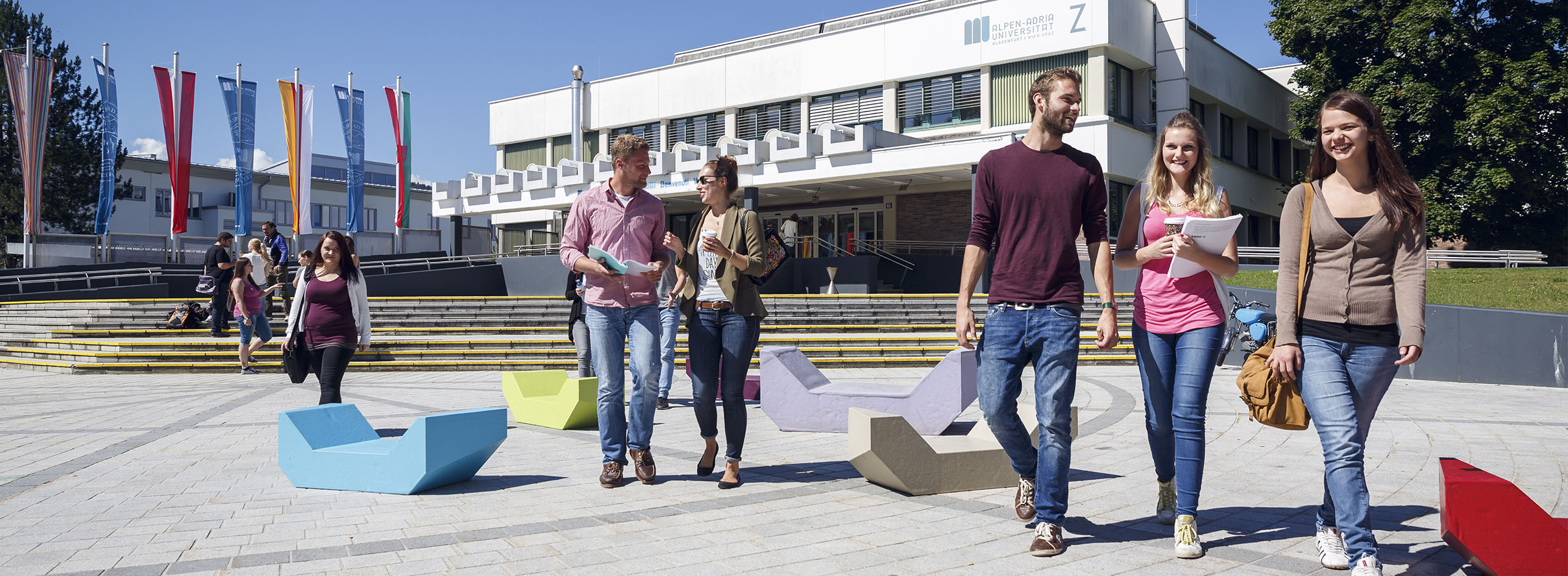 Studierende vor der AAU | Foto:aau/tinefoto.com