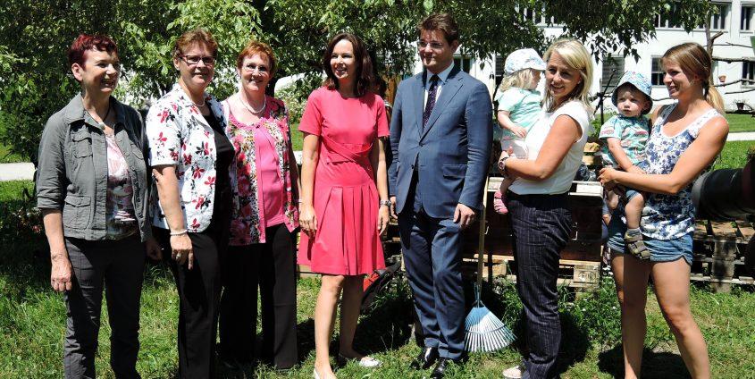 Bundesministerin Sophie Karmasin besichtigt das Gartenprojekt des Familienservice | Foto: aau/KK