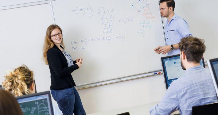 Vortragende und Studierende an der Tafel | Foto: aau/tinefoto.com