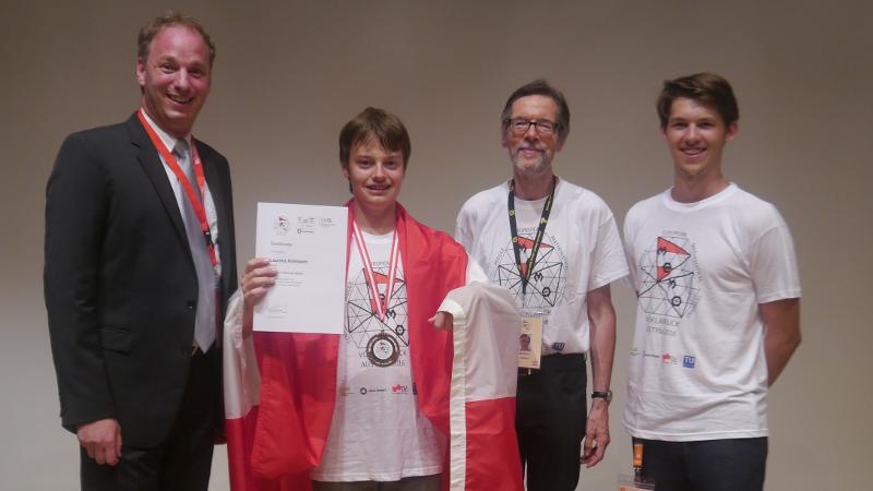 Laurenz Kohlbach präsentiert seine bei der 10. Mitteleuropäischen Mathematik-Olympiade errungene Bronze-Medaillie.