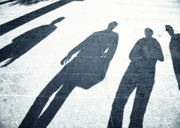 Schatten von Menschen auf Asphalt   Foto: robsonphoto/Fotolia.com