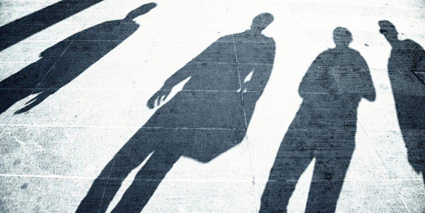 Schatten von Menschen auf Asphalt