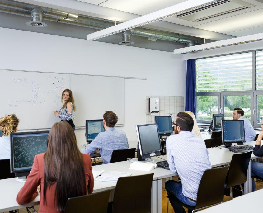 Studierende in einem Hörsaal der AAU