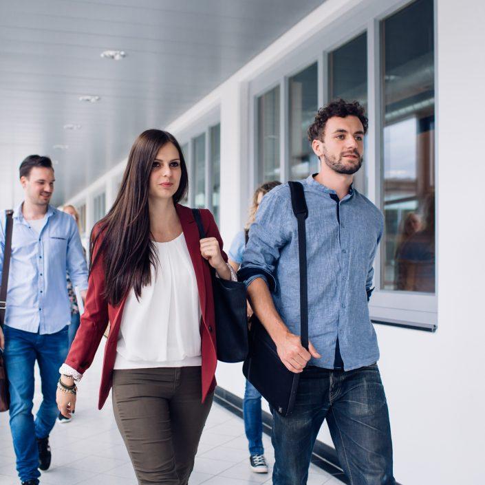 Studierende der AAU auf dem Weg zum Hörsaal | Foto: tinefoto.com