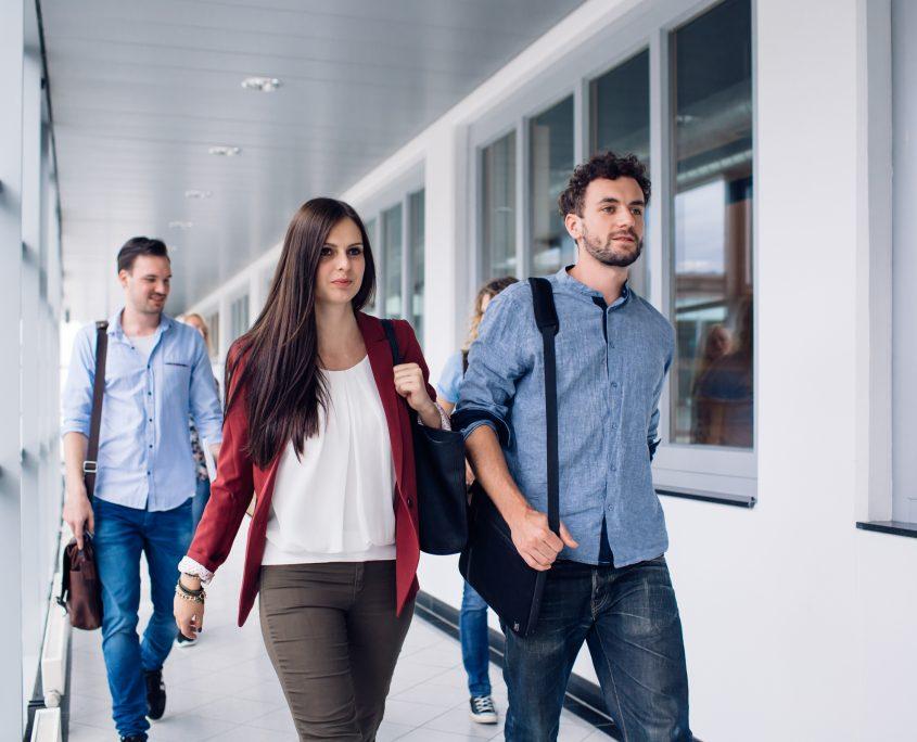 Studierende der AAU auf dem Weg zum Hörsaal