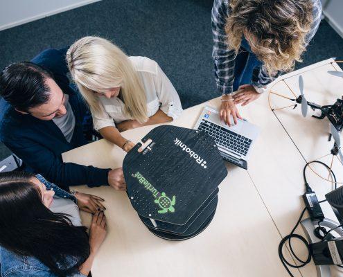 Studierende mit Roboter und Drohne | Foto: aau/tinefoto.com