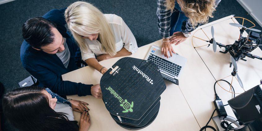 Studierende mit Roboter und Drohne