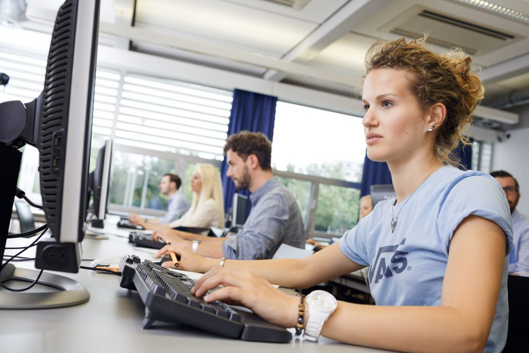Studierende im PC-Raum | Foto: aau/tinefoto.com