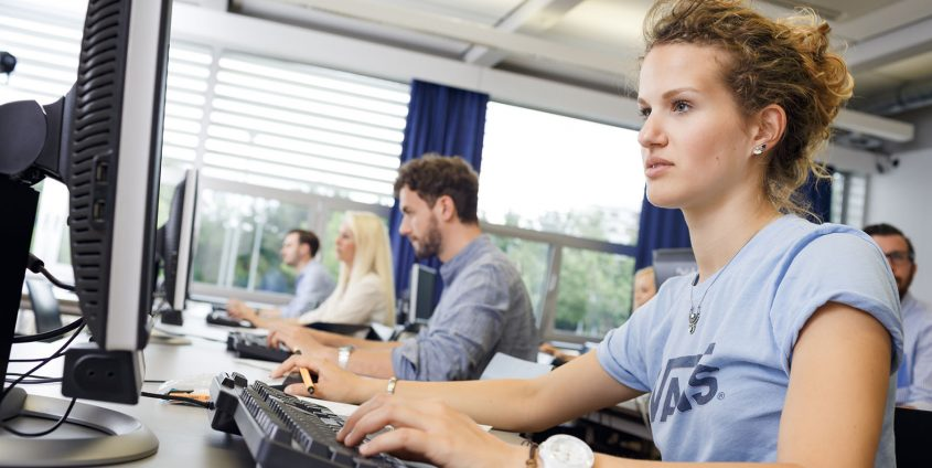Studierende im PC-Raum