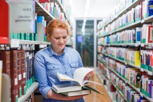 Studentin in der Bibliothek | Foto: aau/tinefoto.com