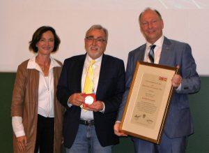 Ehrenmedaille für Heinrich C. Mayr von WK-Vizepräsidentin Sylvia Gstättner und Spartenobmann Martin Zandonella | Foto: WKK