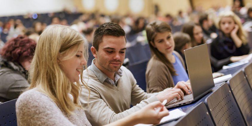Studierende im Hörsaal A | Foto: tinefoto.com