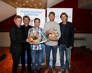 Arno Arthofer (Landesportdirektor), Thomas Brandauer (Sportpsychologe) und Franz Preiml (USI) gratulieren den Absolventen Dominik Scherwitzl und Boris Hüttenbrenner | Foto: Peter Kuess