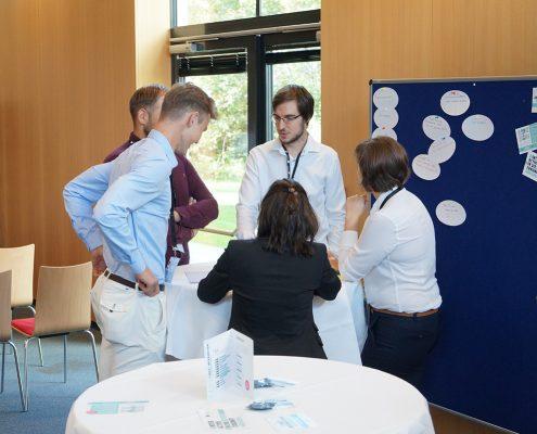 Die Studierenden-Teams bereiten sich auf ihre Präsentationen vor. | Foto: aau/Müller
