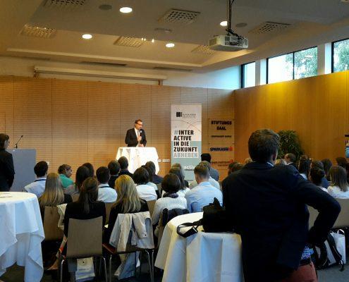 Dekan Erich Schwarz begrüßt alle TeilnehmerInnen. | Foto: aau/KTB