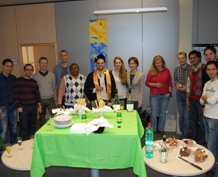 The IST Team celebrates with Fadi / Foto by Patrik Grausberg