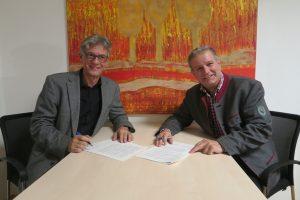 Vertragsunterzeichnung Franz Rauch (IUS) und Dietmar Rossmann (Biosphärenpark) (Foto: aau/KK)