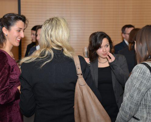 Studierende im Gespräch bei der Abeschlussveranstaltung zum Karriereprogramm | Foto: aau/Daniela Weiss