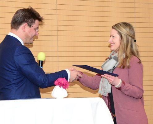 Rektor Oliver Vitouch überreicht die Zertifikate an die TeilnehmerInnen | Foto: aau/Daniela Weiss