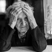 Alte Frau stützt ihren Kopf mit den Händen | Foto: De Visu/Fotolia.com