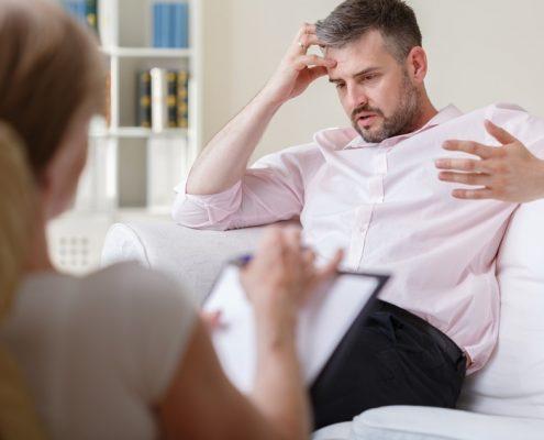 Mann gestikulierend bei der Psychotherapie