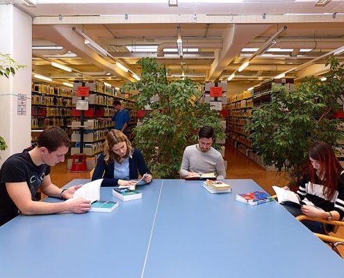 Studierende arbeiten in der Bibliothek