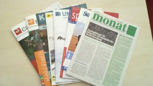 Foto: Zeitschriften am Blinden- und Sehbehindertenarbeitsplatz