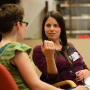 Schreibberaterin und Ratsuchende während einer Schreibberatung