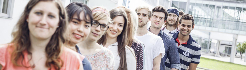 Studierende vor dem Südtrakt