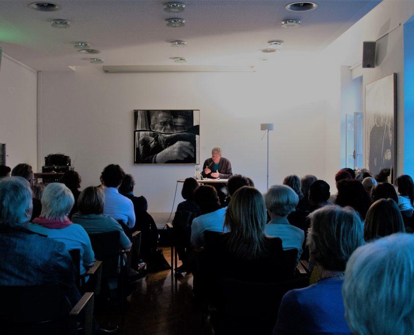 Publikum und Lesender Bei einer Veranstaltung des Robert-Musil-Instituts