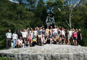 Sommerkolleg vor dem Kugy-Denkmal | Foto: Štefan Pinter