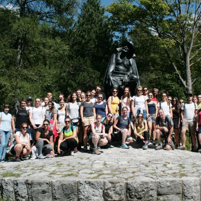 Sommerkolleg vor dem Kugy-Denkmal   Foto: Štefan Pinter