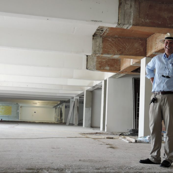 Vizerektor Martin Hitz besichtigt die Baustelle   Foto: aau/Müller