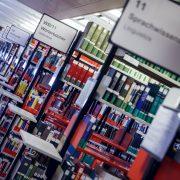 Blick in den Freihandbereich der Universitätsbibliothek der Alpen-Adria-Universität | tintefoto.com