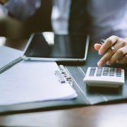 Administrative Kraft erstellt einen Finanzbericht | Foto: Suntipong, fotolia.com