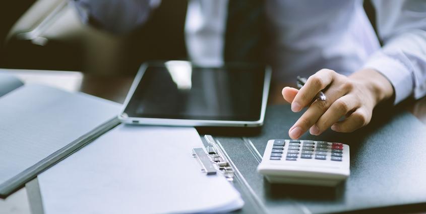 Administrative Kraft erstellt einen Finanzbericht