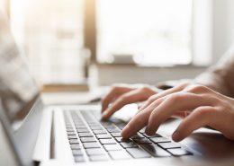 Nahaufnahme von Händen, die auf dem Laptop schreiben | Foto: golubovy, fotolia.com