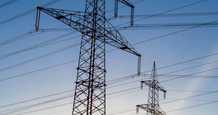 Strommasten in der Abendsonne   Foto: focus finder/fotolia.com