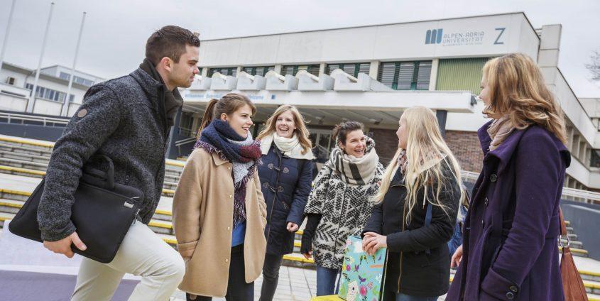 Studierende vor der AAU