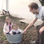 """Videostill mit Daniel Wutti aus dem Imagefilm """"Papa mit Kind zu Hause"""""""