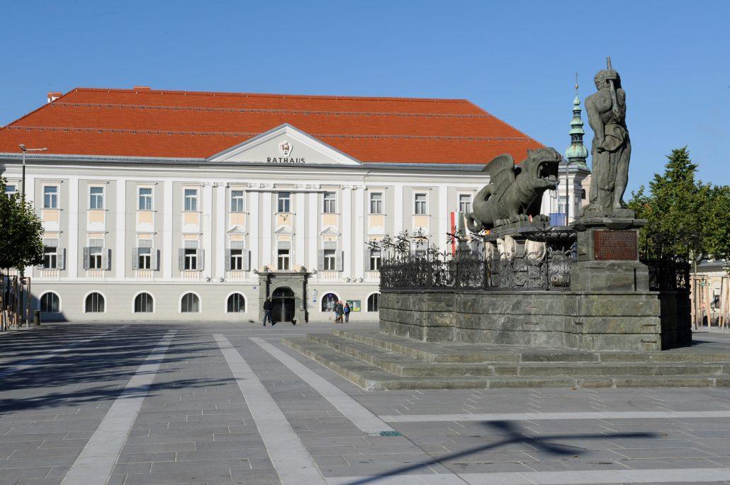Neuer Platz Klagenfurt, Lindwurm-Brunnen vor Rathaus