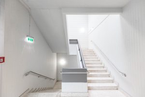 Helle Stiegenaufgänge nach der Sanierung